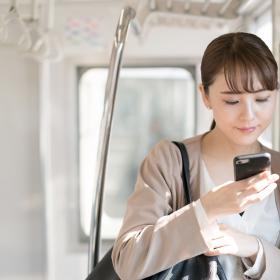 通勤電車で何してる?5位読書、3位居眠り…「働く女性の通勤電車内での過ごし方」第1位は