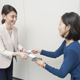 名刺交換のマナーに自信がないなら…出し方や順番をおさらい!【「なんだか品がいい」と言われる女性のビジネスマナー#5】