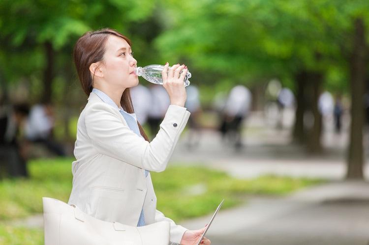 マイボトル派?出先で購入派?実は多い中間派!「夏の水分補給」方法を女性500名に調査