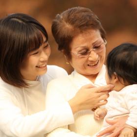 孫育てで疲れる理由は…?「大変」&「嬉しい」だけじゃない、祖母たちの本音