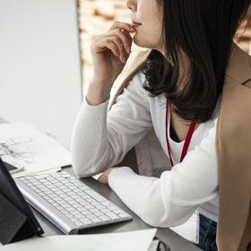 これで仕事が快適に!働く女性に聞いた「会社の机に必ず忍ばせておく」気分転換グッズ
