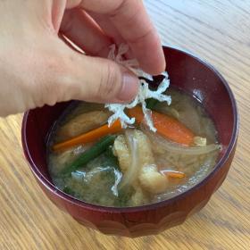 味噌汁に入れるだけ!「糸寒天」を子どものお腹対策で使ってみたら…【kufura編集部日誌】