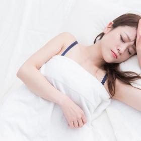 クーラーつけると寒い、切ると暑い!「熱帯夜の睡眠の悩み」共感続々の男女500名調査