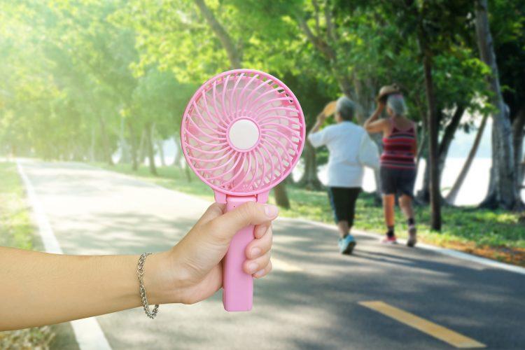 夏の外出に欠かせない快適・涼アイテム!皆が持ち歩いている「暑さ対策グッズ」