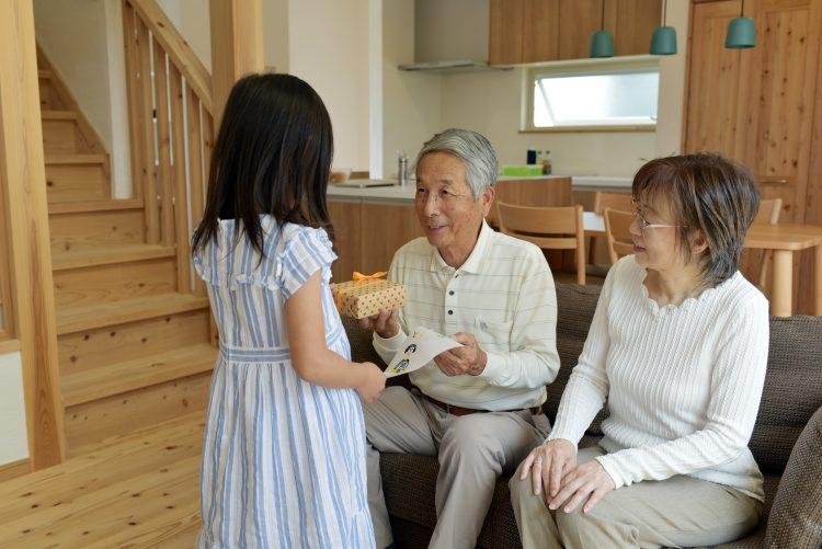 おじいちゃん・おばあちゃん252人に聞いた!「敬老の日」にもらって嬉しかったプレゼント