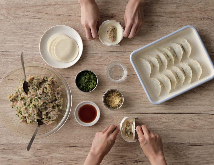 手早くきれいな餃子が作れる!新登場アイテム「ぎょうざ包み」は子どもも楽しめそう
