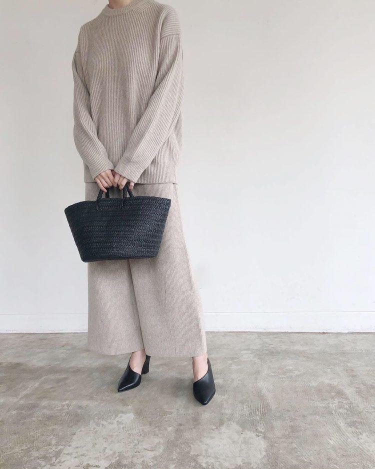 流行の「ニットパンツ」大人が履くと…ラクなのに美シルエット!【kufuraファッション調査隊】