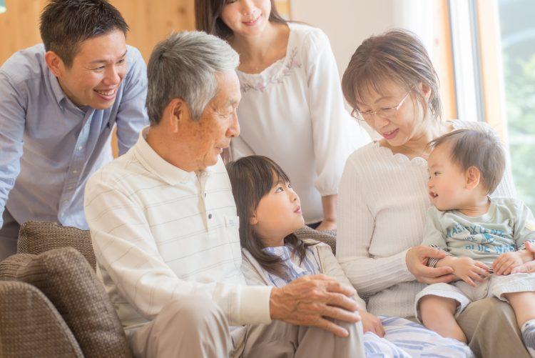 三世代同居について、じいじ・ばあばのリアルな声。「孫と暮らす」のは、実際どう?