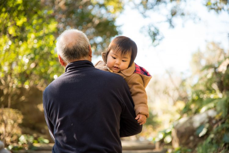 孫は可愛いけれど…祖父母が「孫疲れ」を感じるのはどんな時?ママパパへのお願いも
