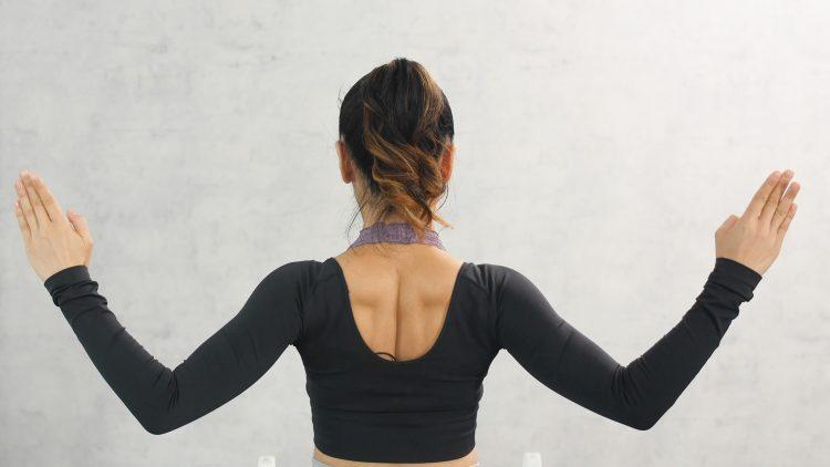 肩甲骨はがし」で辛いコリ、猫背をリリース!【Sachi×kufura 溜めない体を作るStretch Lesson #5】 | kufura(クフラ)小学館公式