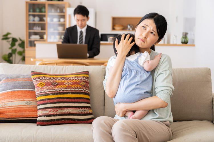 夫が早く帰宅しても、結局…。「育児に協力的ではない夫」は自宅で何をしている?