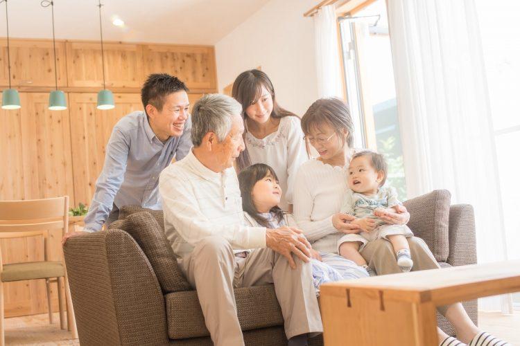 多い?少ない?年末年始、親から子への支出の平均は2万8千円、子から親へは1万5千円