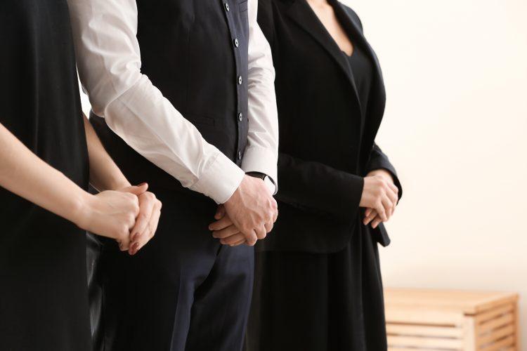 「家族葬」は家族以外は参列してはいけないの?案内が来た場合の判断のしかた、服装や香典についても解説