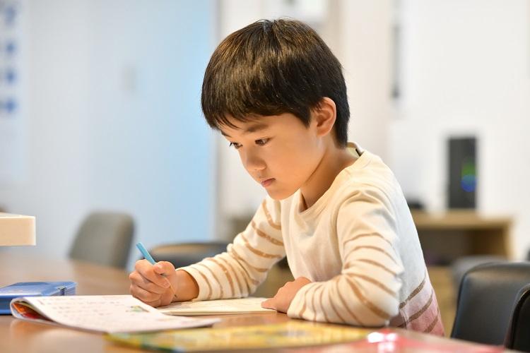 67%の家庭が「宿題以外の勉強も」。休校中の子どもの学習方法…2位は通信教育、1位は?