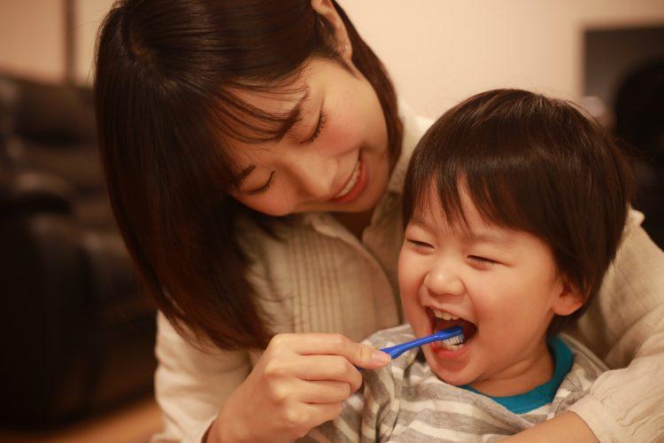 「仕上げ磨き」いつまで続ける?嫌がる子どもにも効く歯磨きの工夫をママから集めました