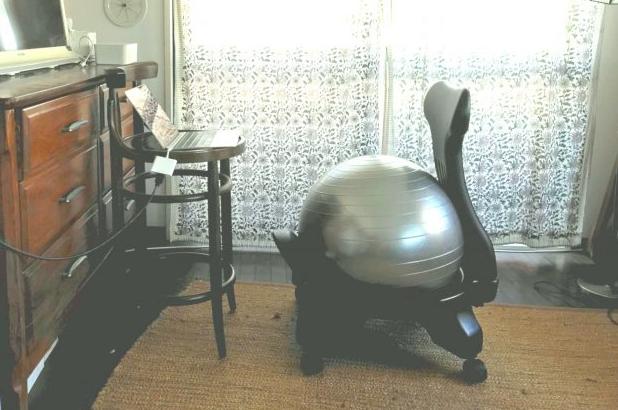 バランスボールに背もたれが!リモートワークの腰痛問題、これで解決【kufura編集部日誌】