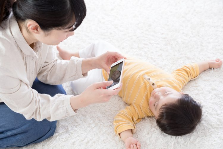 スマホにどんどん増えていく子どもの写真…みんなどう整理してる?