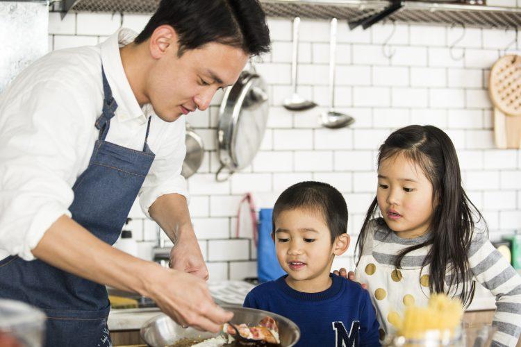 今日のごはんはパパにお任せ!ママも大満足な「子どもが喜ぶパパの得意料理」は?