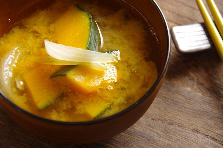 知れば「もっとおいしい味噌汁」に!具の投入タイミングから味噌の保存まで、味噌汁のコツ5つ