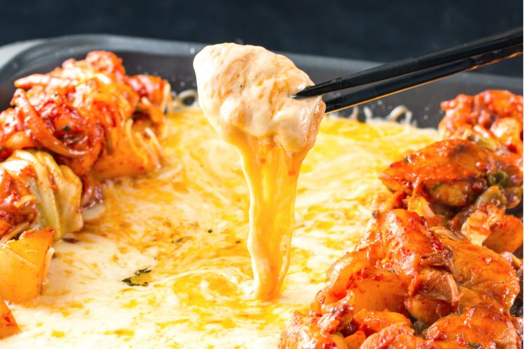 ピザ、チーズダッカルビ、スイーツたこ焼きも! 子どもと一緒に作って盛り上がるホットプレート料理