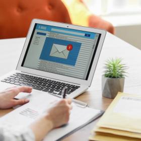 「メールで挨拶」の基本、できてますか?電話やFAXとの使い分けは…【「なんだか品がいい」と言われる女性のビジネスマナー#14】