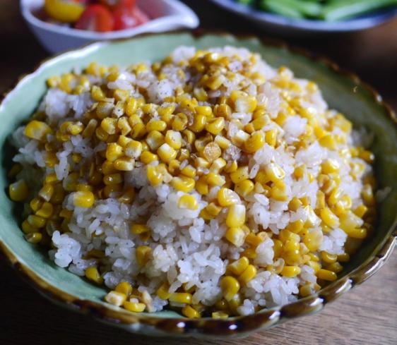 旬のトウモロコシごはん。我が家は「ガツン!」とパンチを利かせて、こんな風に【お米農家のヨメごはん#31】