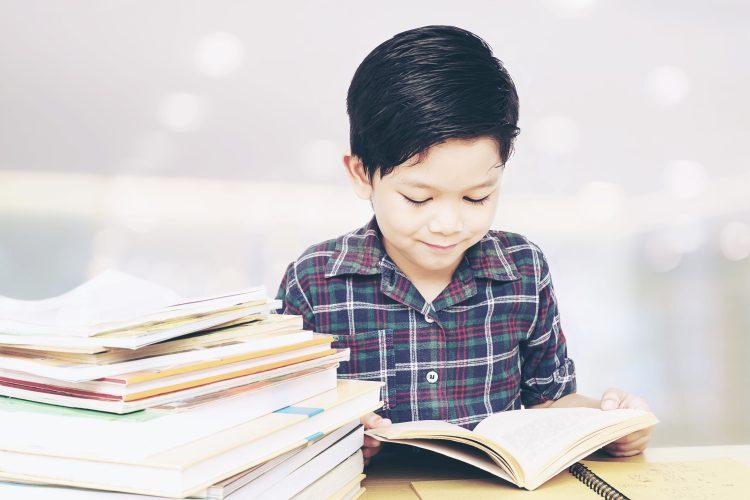 ゲーム三昧でイライラする前に…!国語講師が教える「夏休みに子どもの読書習慣をつける」方法