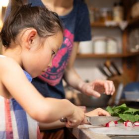 ママ173人に聞いた「子どもに初めて教えた料理」は?心温まるエピソードにほっこり