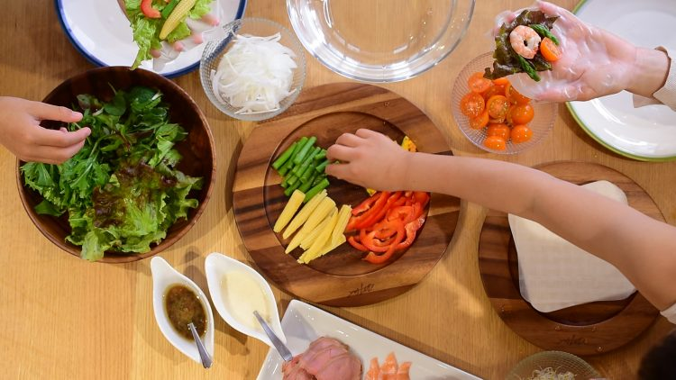 みんなでワイワイ手巻きサラダパーティができる!小さめサイズの四角いライスペーパー