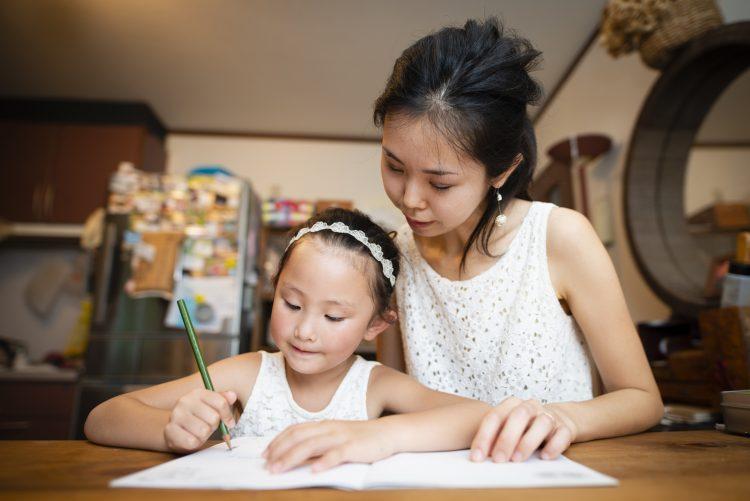 今年は宿題が終わらないかも…!?「子どもの夏休みの宿題」親のお手伝いエピソード