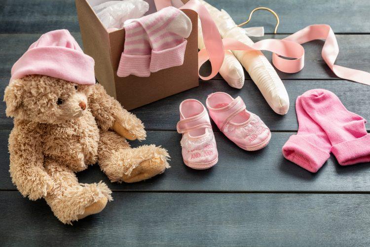 出産祝いを贈るのはいつが正解?どうやって渡す?赤ちゃんとお母さんを気遣うタイミングとマナー【解説!お祝いのマナー】