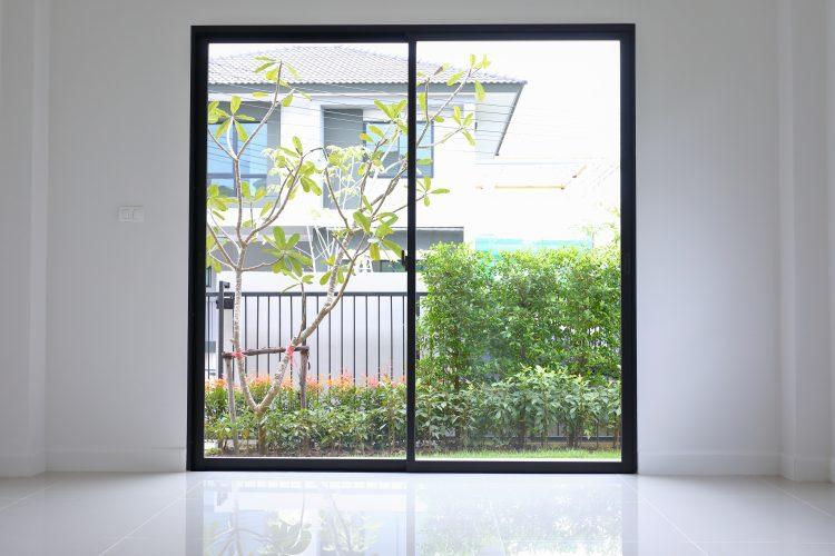 「窓ガラス・窓の桟」のお掃除方法、知っていますか?汚れを取り除けば部屋の中が一気に明るく
