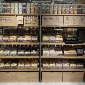 「無印良品」一部店舗でお菓子の量り売りスタート!全28種類どれを選んでも1グラム4円