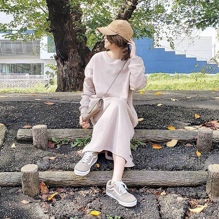 暖かくて楽ちん!「ニットワンピ」「スウェットワンピ」で冬支度。おしゃれな人の着こなしは?【kufuraファッション調査隊】