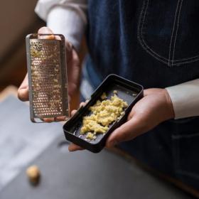 「マツコの知らない世界」に登場したオロシニスト飯田が「究極のおろし金」を発売!生姜もふわふわにおろせる