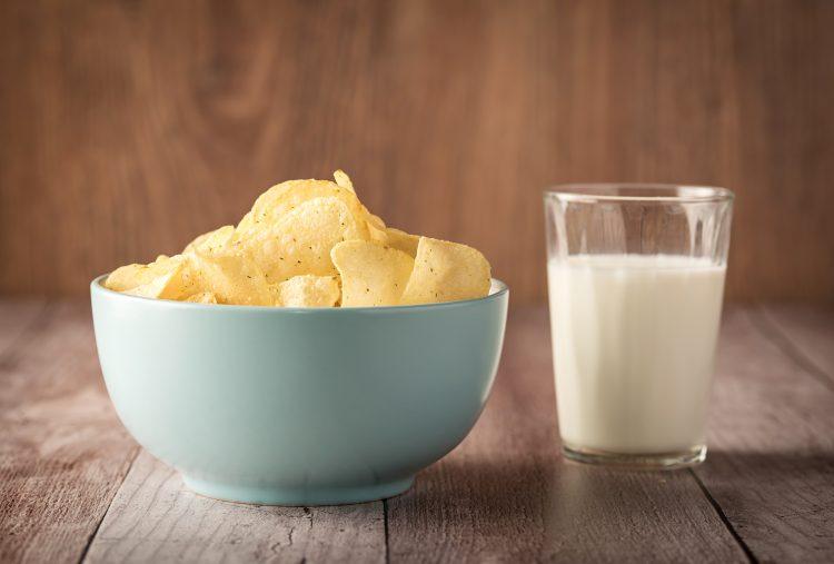 試してみたくなる!牛乳と一緒に食べると最高にマッチする食べ物…意外なお供も登場