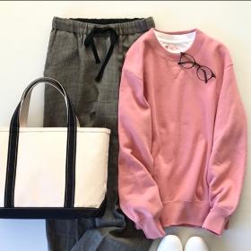 「ユニクロ(メンズ)」のピンクスウェット(1,990円)はヴィンテージ感が大人っぽい【4ケタアイテムで叶えるオシャレvol.1】