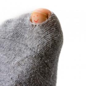 靴下に穴が空いたら…捨てる?繕ってまた履くか、何かに活用する?女性350人に大調査