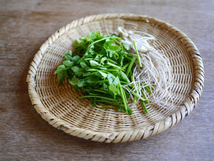 旬の芹(セリ)は「根っこごと」美味しく、こんなレシピで!【お米農家のヨメごはん#47】