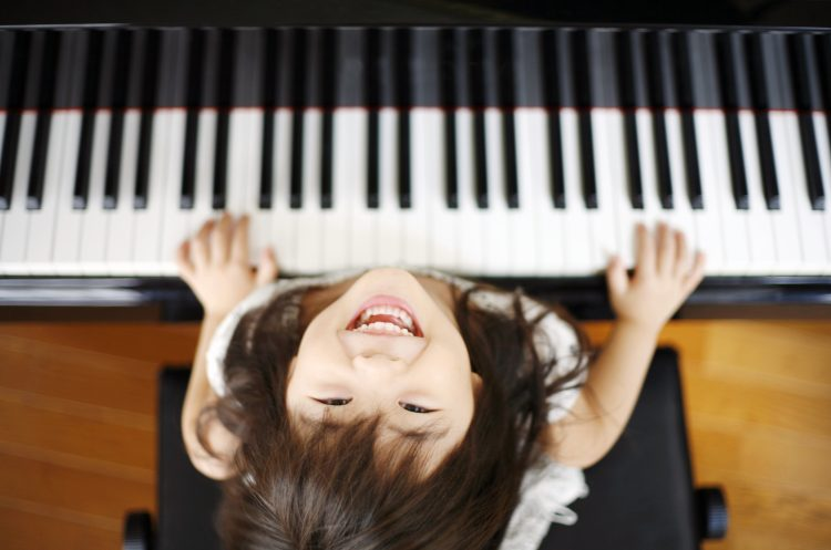 「子どもの成長を実感できた習い事」3位英語、2位ピアノ、1位は?