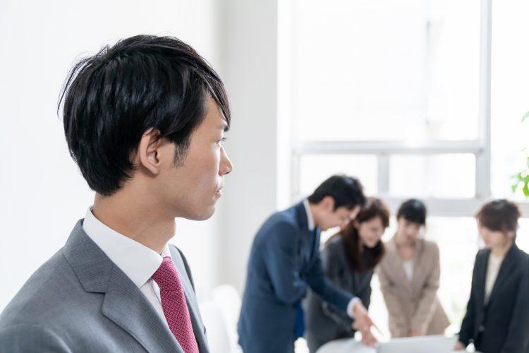 「揶揄(やゆ)」の意味と使い方は?間違いやすい例も解説【あらためて知りたい頻出ビジネス用語#55】