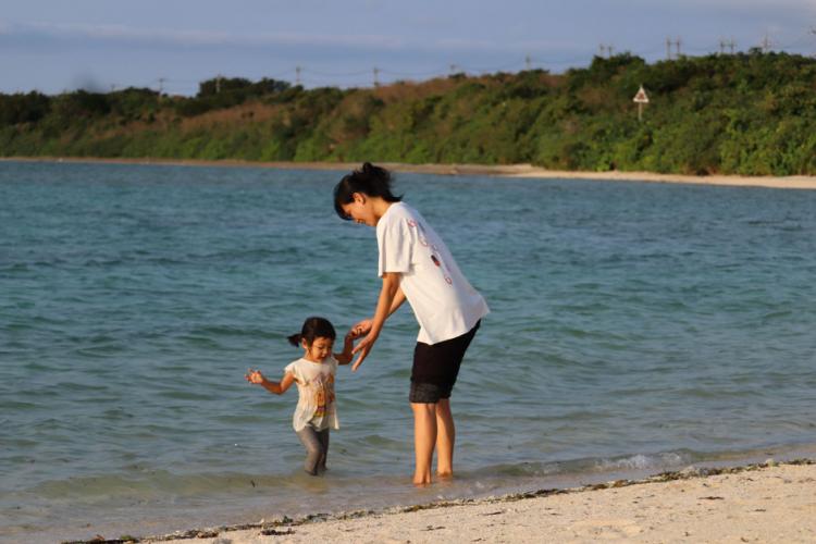 夫の赴任で、家族で竹富島へ。島生活で見つけた家族の変化とは【竹富島で暮らす人々#1後編】