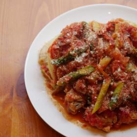 トマト缶で作る「鶏手羽元のトマト煮込み」コンソメなしでも味が決まる!【プロが教えるおうちイタリアン#1】