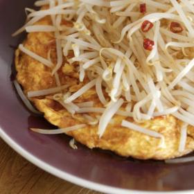 「もやし」レシピ2つ!厚揚げ入りオムレツ&ピリ辛ツナもやしで満腹!【小林まさみ&まさるのお助け食堂#9】