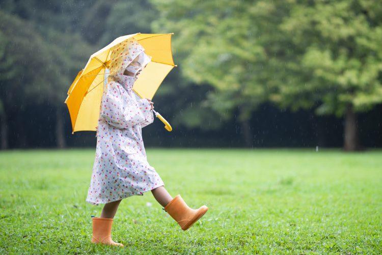 雨の日を楽しくするはずが…。「子どものレイングッズ」買って後悔したものを聞いてみました