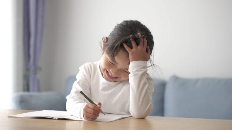 宿題しない子どもにどうやって宿題させる?家庭ごとに対応は様々…ママたちの工夫とは