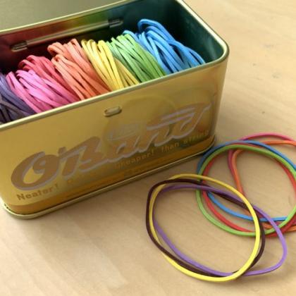 金色の缶を開けると…8色のカラフルな輪ゴム!子ども以上に私の気分がアガります【本日のお気に入り】