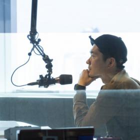 J-WAVEナビゲーター・山中タイキ「人前で話すのが苦手だった」少年が、「伝える」仕事についてみたら…【KURASEEDSをつくる人たち#1】