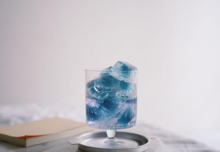 見た目にも涼やかな青い「茶氷」と木村硝子店の「ろーたす10ozゴブレット」でおうちカフェが充実!【本日のお気に入り】