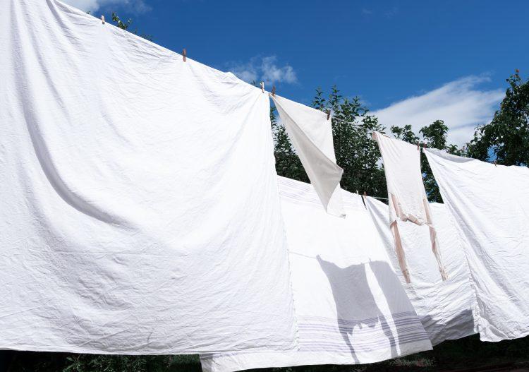 夏場のシーツ、どれくらいの頻度で洗ってる?最も多かった答えは1週間に1度…なぜその洗濯頻度に?